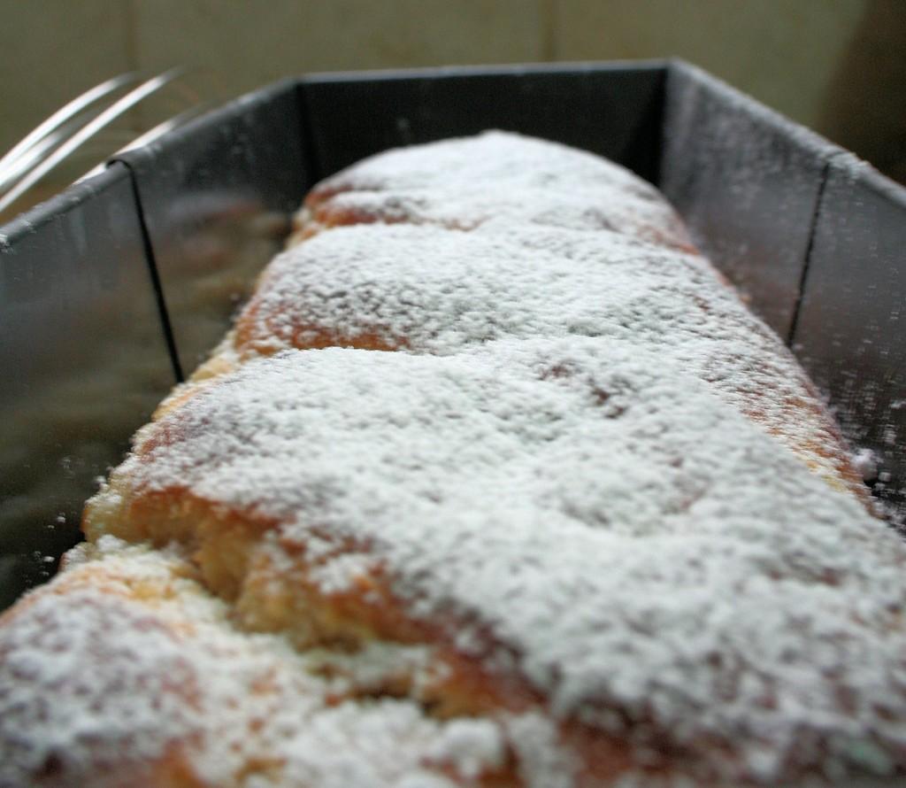 עוגת השמרים במילוי קרם הפיסטייר מוכנה. עכשיו נותר רק לאכול