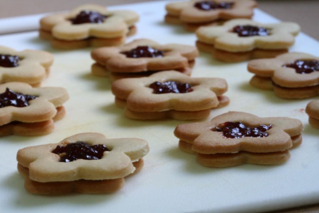 וזהו - עוגיות החמאה במילוי הריבה מוכנות לאכילה