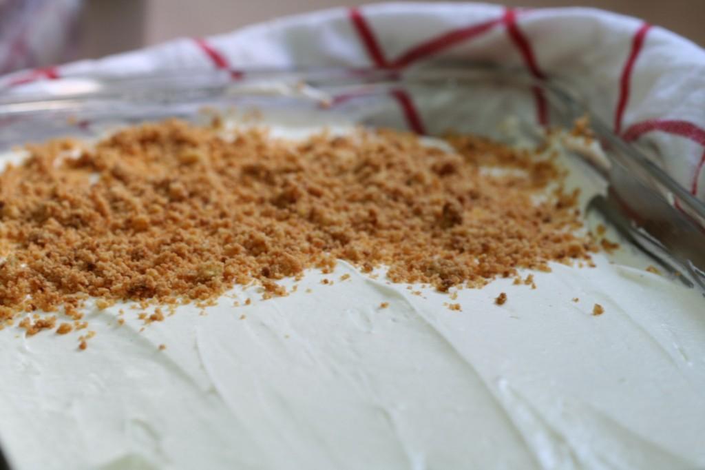 מפזרים את הפירורים על העוגה בשכבה אחידה