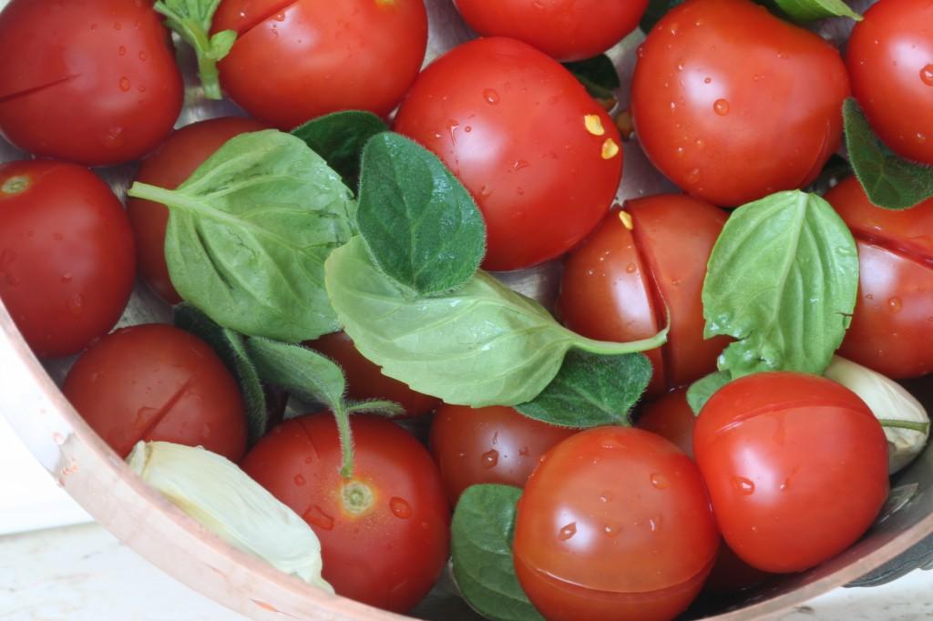 העגבניות ויתר המרכיבים כבר בסיר