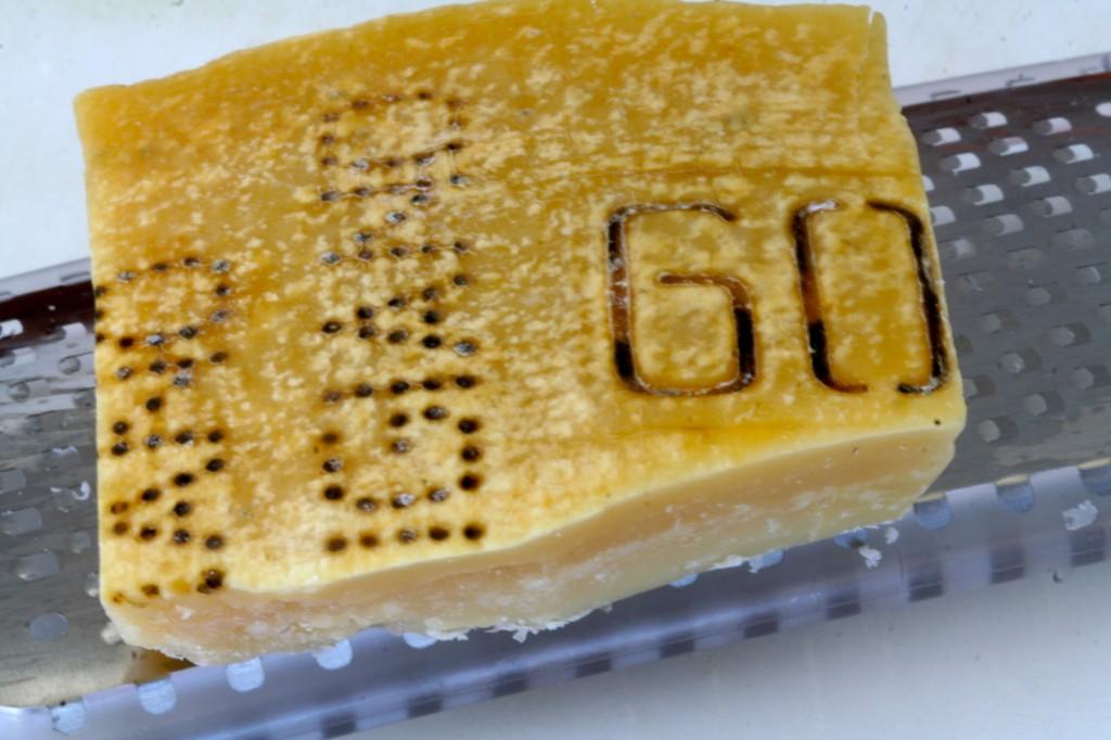 גבינת פרמז'ן משובחת מקפיצה את הפשטידה הזו