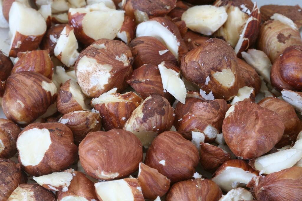 אגוזי לוז קצוצים גס מוסיפים המון טעם לעוגת השוקולד