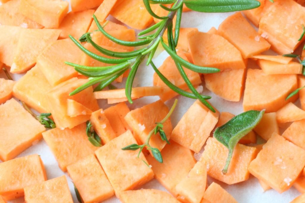 אופים את הבטטות עם שמן זית, תבלינים ומלח גס