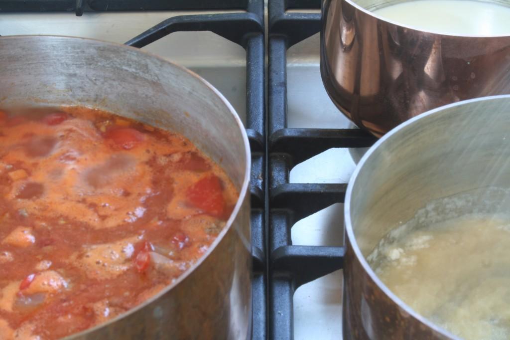 מצד שמאל הראגו מתבשל, בשני הסירים מימין הבשמל בהתהוות