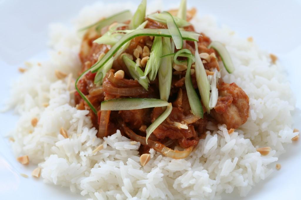 חזה עוף ברוטב חמאת בוטנים על אורז לבן. פשוט טעים