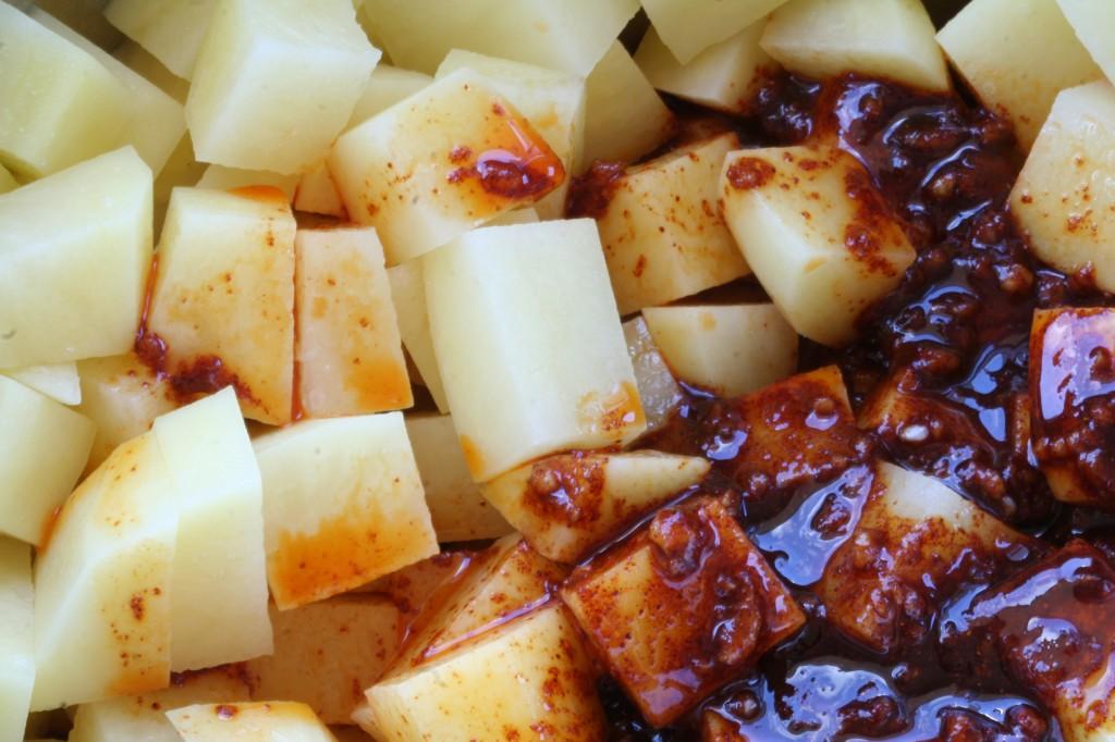 תפוחי האדמה עם תערובת התבלינים, בדרך לתנור